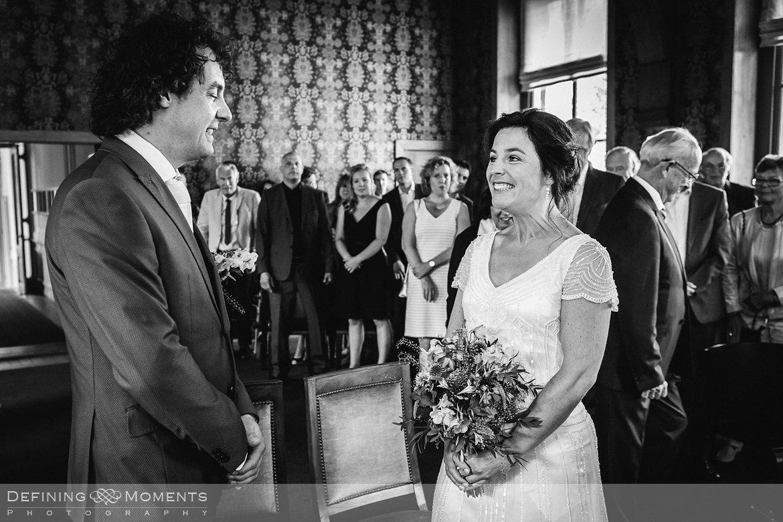 stadhuis schiedam bruidsfotografie trouwfotografen duo rotterdam vertrekhal trouwreportage bruidsreportage trouwfoto bruidsfoto bruidsfotografie bruid bruidegom trouwlocatie bruiloft botsauto